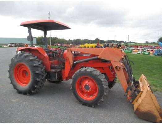 Kubota M8200 4x4 tractor loader